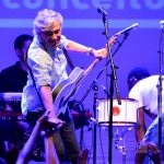 15mai2013—cantor-caetano-veloso-se-apresenta-no-programa-rio-sem-preconceito-realizado-no-circo-voador-na-capital-fluminense-1368678363470_956x500